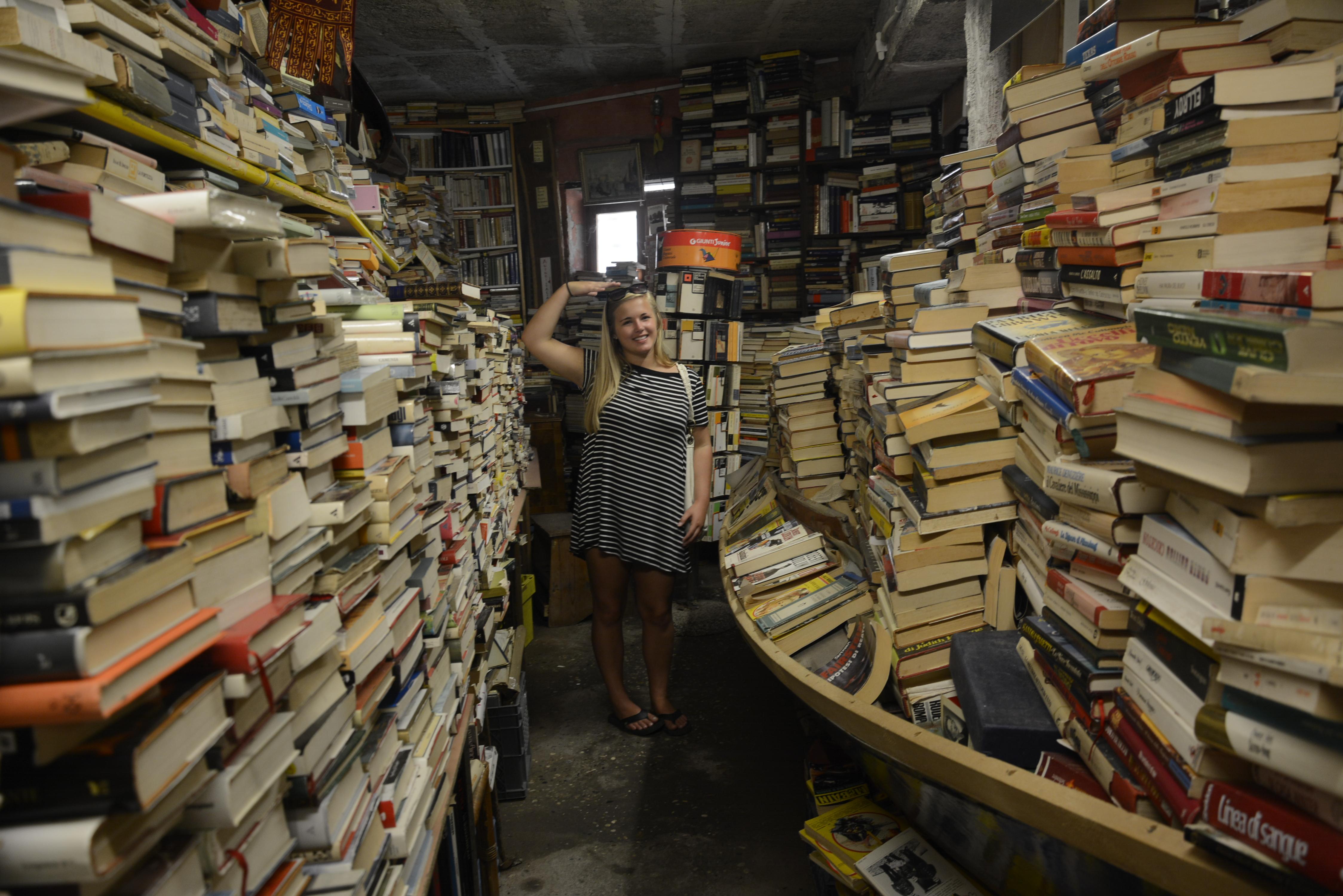 acqua alta books piled to the ceiling
